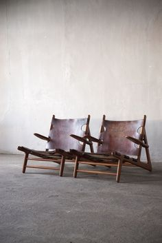 Børge Mogensen (1914 - 1972)    Pair of Scandinavian Hunting Chairs  Oak, leather and messing, Denmark, 1950s  H 70 cm x W 71 cm x D 86 cm