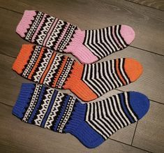 Diy And Crafts, Arts And Crafts, Knitting Socks, Knit Socks, Knitting Projects, Knitting Ideas, Mittens, Knit Crochet, Gloves
