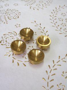 Pomelli d'ottone Italia in alta qualità. tiro di raso