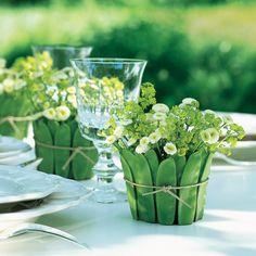 Cache-pots réalisés en pois gourmands noués autour de pots en verre