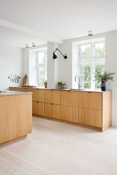 """For a small kitchen """"spacious"""" it is above all a kitchen layout I or U kitchen layout according to the configuration of the space. Modern Kitchen Design, Interior Design Kitchen, Home Interior, Kitchen Layout, Kitchen Decor, Kitchen Ideas, Tidy Kitchen, Kitchen Wood, Kitchen Inspiration"""