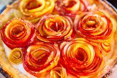 Růže z jablek. No nejsou nádherné? Obdivuju lidi, kteří jsou tak vynalézaví a dokáží z kulatého ovoce vytvořit květinu. Jak je to napadne? To bych si přála. Mít takové nápady, mít trojrozměrnou fantazii. :)  Ale zpátky k receptu. Na růžičky jsem vzala poslední jablka ze s Onion Rings, Kitchen Hacks, Treats, Ethnic Recipes, Sweet, Desserts, Food, Sweet Like Candy, Tailgate Desserts