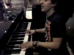 piero tocando el piano