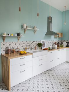 Sei grün mit Cuisine Design Green - All For Remodeling İdeas Retro Kitchen Decor, Ikea Kitchen, Kitchen Colors, Vintage Kitchen, Kitchen Tiles, Eclectic Kitchen, Kitchen Wood, Green Kitchen, Design Kitchen