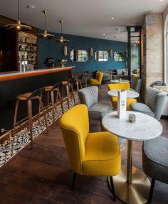 """Le + """"home sweet home"""" : Le bar de l'hôtel André Latin. En avril dernier, l'hôtel André Latin - situé entre le jardin du Luxembourg et la place du Panthéon - a ouvert son nouveau et très élégant bar à cocktails. Un endroit chaleureux accessible depuis la rue, imaginé comme un """"home sweet home"""", ouvert toute la journée. Le matin, on y boit du thé (noir ou vert) et du café torréfié de chez Lomi, et l'après-midi des cocktails """"home made"""" réalisés par la chef barmaid du lieu Marie Picard."""