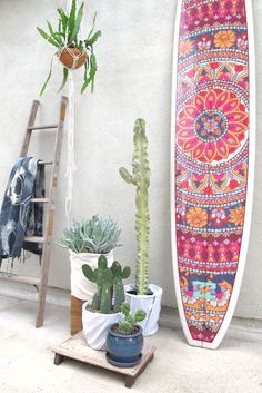 In truth, the only thing missing in this picture is an outdoor shower as we remain entranced by medallion moments that fill this longbo Deco Surf, Casa Petra, Deco Nature, Surfboard Art, Deco Originale, Surf Shack, Surf Style, Bohemian Decor, Bohemian Style