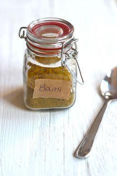 Homemade mix for Bami Goreng Indian Food Recipes, Asian Recipes, Indonesian Recipes, Homemade Seasonings, Dutch Recipes, Seasoning Mixes, Bbq, Spice Mixes, Dressing