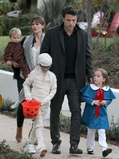 Jennifer Garner - Ben Affleck and Jennifer Garner Take the Kids Trick-or-Treating Celebrity Stars, Celebrity Babies, Celebrity Couples, Jennifer Garner Elektra, Jennifer Garner Ben Affleck, Ben Afflick, Ben And Jennifer, Celebrity Baby Pictures, Sports Stars