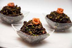 Riso venere al salmone e pesto di pistacchi: primo piatto saporito e semplice da realizzare. Ottimo anche nella versione finger food.