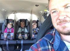 Un padre de trillizos encontró la manera más efectiva de evitar las peleas en el auto