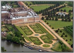 Aerial view of Hampton Court Palace showing gardens and the Thames Beautiful Castles, Beautiful Buildings, Beautiful Places, London Eye, Marie Tudor, Big Ben, Hampton Court Flower Show, English Manor Houses, Castles In England