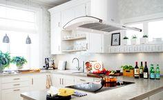 """Nytt möter gammalt i det här hemtrevliga köket. Induktionshällen, den mjuka fläktkupan och de blanka ytorna står för det moderna, medan """"mormorsskoporna"""", industrilamporna och de blommiga tapeterna tar fram en härlig vintage-look. #fjaraskupan #symbol #vintage #lantligt #modernt"""