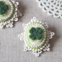 小花のリースブローチ*ホワイト