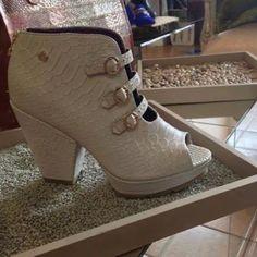 Mirarlos y desearlos, pero también puedes tenerlos #Mujer #women #latina #shoes #zapatos #calzado #bucaramanga #cuero #fashion #moda #red #rojo #cccuartaetapa Blupp Shoes Fashion Moda, Latina, Booty, Ankle, Shoes, Bucaramanga, Red, Leather, Zapatos
