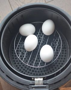 Air Fryer Hard Boiled Eggs Set the temp to 250 and the timer to 16 minutes. After the eggs are done in the air fryer take them out and put them in an ice water bath to stop the cooking. Air Frier Recipes, Air Fryer Oven Recipes, Air Fryer Dinner Recipes, Air Fryer Recipes Breakfast, Hard Boiled Egg Recipes, Making Hard Boiled Eggs, Nuwave Air Fryer, Small Air Fryer, Cooks Air Fryer