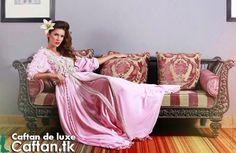 Une belle princesse prestigieuse sur un joli canapé qui vêt un miraculeux caftan marocain 2014 en couleur rose froide. Caftan marocain moderne se compose en trois pièce harmonieuse d'un tissu satin de soi original cent pour cent marocain...