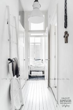 Scandinavian interior with ethnic touch I Paulina Arcklin styling and photography Simple Interior, Interior Styling, Interior Design, White Rooms, White Walls, White Hallway, Halle, White Houses, Scandinavian Interior