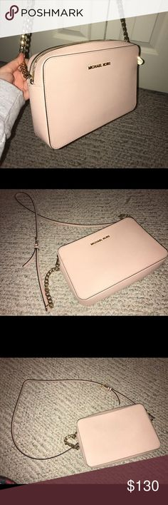 Michael Kors Jet Set Crossbody in Ballet Pink Perfect purse for an everyday look, very comfortable to wear. Gold detailing. Price is negotiable. Michael Kors Bags Crossbody Bags