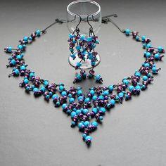Šeříky pod modrou oblohou TŘEPENÍ NA NÝTECH STŘÍBRNÉ BARVYNAJDETE ZDE. Bohatý a velmi zdobný drátovaný náhrdelník a náušnice z černého 0,8 mm drátu a fialových a modrých rokailových korálků. Velikost modrých je 0,5 cm.  Délka náhrdelníku je cca 59 cm, na požádání jej lze zkrátit či prodloužit. Délka náušnic je cca 8 cm. Šperk je vyroben pouze z drátu ...