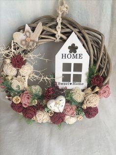 Felt Decorations, Handmade Decorations, Door Wreaths, Grapevine Wreath, Shaby Chic, Crochet Decoration, Ideas Geniales, Bottle Crafts, Diy And Crafts