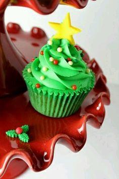 Chrismas Tree Cupcake. That's a good idea to make the cake green