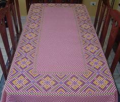 Toalha de mesa bordada em ponto cruz duplo com barrado de guipure