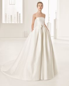 Robe de mariée en piqué de soie, satin duchesse. Collection Rosa Clará 2017.