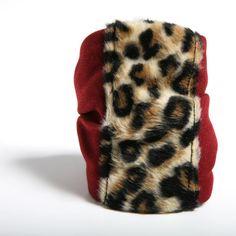 FUERZA - Pulsera confeccionada a mano en crespón rojo intenso, con detalle central de peluche de leopardo