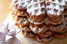 weihnachtliche Waffeln - schmecken wie eine Mischung aus Honigkuchen, Waffeln und Weihnachten. Mit tollen Gewürzen und viel Honig!  Das ganze Rezept gibt´s hier: http://schwesternliebeundwir.de/adventskalender-tuer-20/