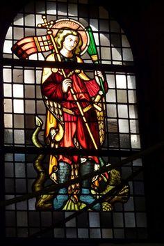Dom zu Limburg, Bleiglasfenster am Aufgang zur Empore, hl. Georg bezwingt den…
