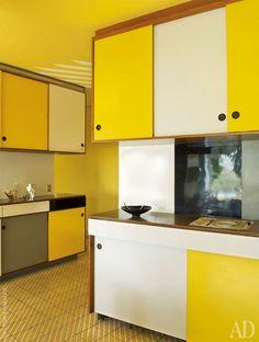 Кухня обшита панелями из популярного в 1950-х цветного пластика — формики. На полу — керамическая плитка с рисунком под углом в 45градусов к стенам, это любимый прием Понти. Серебряная утварь Christofle — тоже подизайну Джо Понти.