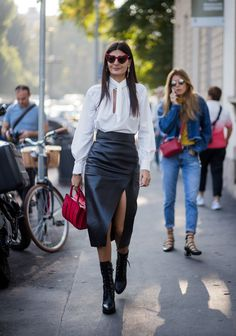 Chic skirts for everyone! Giovanna Battaglia shows us how to pull off a leather skirt paired with a chiffon blouse. Chic skirts for everyone! Giovanna Battaglia shows us how to pull off a leather skirt paired with a chiffon blouse. Milan Fashion Week Street Style, Street Style Women, Street Styles, Looks Chic, Looks Style, Elle Moda, Combat Boot Outfits, Combat Boots, Ankle Boots