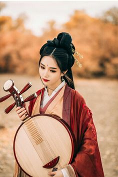 Beautiful woman holding a Yueqin, a traditional Chinese string instrument. Asian Beauty, Korean Beauty, Asian Photography, Ancient Beauty, China Girl, Pretty Asian, Chinese Clothing, Cosplay, Ancient China