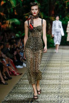 Dolce & Gabbana takes a trip to the jungle for its spring-summer 2020 collection. Presented during Milan Fashion Week, the designers open the show with safari… Catwalk Fashion, Fashion Week, Fashion Show, Fashion Design, Fashion Brands, Fashion Outfits, Dior, Dolce Gabbana, Just Girl Things