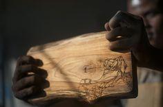 Een stam massief eiken en een grafisch ontwerp in het hout gegraveerd. Het resultaat is een stoere plank.