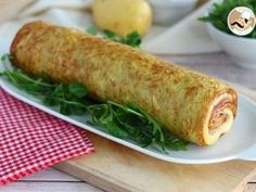 Potato omelette roll stuffed with ham and cheese - Ah cocinar! Easy Snacks, Easy Healthy Recipes, Easy Meals, Pickled Eggplant, Cheese Rolling, Xmas Food, Food Platters, Antipasto, Tasty Dishes