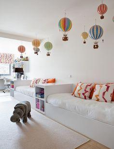 Stanza per adolescenti con le pareti ed i mobili bianchi ma con vari oggetti molto colorati per creare un'atmosfera allegra e gioiosa - interior design semplice e di grande effetto