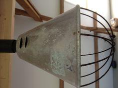 Oude biggenlamp. Hangt nu boven de keukentafel. Zonder warmtelamp ;)