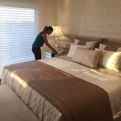 Que luxo de quarto! To pasma só podia ser das arquitetas Mariane e Marilda Small Room Bedroom, Bedroom Sets, Room Decor Bedroom, Living Room Decor, Master Bedroom, Interior Design Living Room, Living Room Designs, Suites, Bedroom Inspo