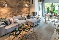 Salon w naturalny sposób łączy się z jadalnią, dzięki czemu maksymalnie wykorzystana jest cała otwarta przestrzeń....