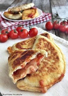 Pan-fried calzoni with tomato and mozzarella without leavening .- Pan-fried calzoni with tomato and mozzarella, delicious and tasty for a super fast dinner. Without leavening, quick and easy to prepare. Italian Cooking, Italian Recipes, Italian Foods, Fast Dinners, Easy Meals, Popular Italian Food, Italian Food Restaurant, Good Food, Yummy Food
