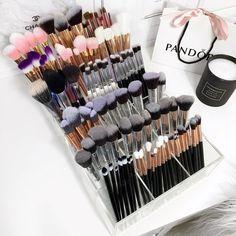 Vc pro makeup caddy - MakeUp For Women İdeas Makeup Studio Decor, Makeup Room Decor, Makeup Rooms, Makeup Beauty Room, Rangement Makeup, Make Up Studio, Makeup Storage Organization, Make Up Storage, Makeup Brush Holders