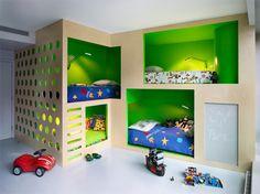 Si te gusta el diseño de interiores infantil, disfrutarás viendo este apartamento neoyorquino. Además de las dos casitas de juego, la habitación de los niños tiene 4 literas, un muro de escalada y una pizarra!!