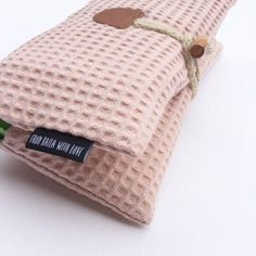 Diaper pouch old pink in waffle fabric Diy Gift For Bff, Diy Baby Gifts, Small Sewing Projects, Sewing Hacks, Baby Kind, Baby Love, Diy Christmas Room, Fabric Gifts, Wishes For Baby