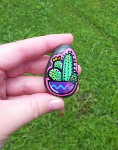painted rocks that look like succulents cacti Hand painted cactus and succulent garden on a painted rock There are more than 50 inspirational DIY painted stone projects. Cactus Painting, Pebble Painting, Stone Painting, Diy Painting, Painted Rock Cactus, Hand Painted Rocks, Painted Stones, Rock Painting Ideas Easy, Rock Painting Designs