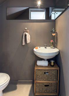 Para a parede do banheiro, a opção foi a tinta acrílica no tom Ponte Pênsil, ref. E165, da Suvinil (R$ 19 a latinha de 910 ml, na Amauri Tin...