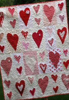 Red/white heart quilt - just love it!!! @Renee Peterson Peterson Peterson Peterson I*heart*paper