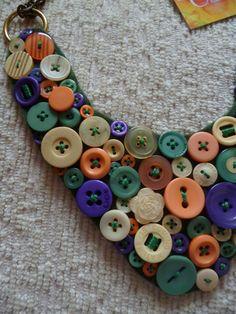 Maxi Colar, confeccionado em botões de diversos tamanhos e formatos, nas cores verde, roxo, laranjado, bege e lilás. Acabamento em corrente bronze. Base em feltro verde musgo.  * Pronta Entrega *  * Frete sob consulta.  * Dúvidas, entrar em contato com: contato.cora@yahoo.com.br R$68,40 Paper Jewelry, Textile Jewelry, Fabric Jewelry, Diy Jewelry, Jewellery, Button Necklace, Fabric Necklace, Felt Necklace, Handmade Necklaces