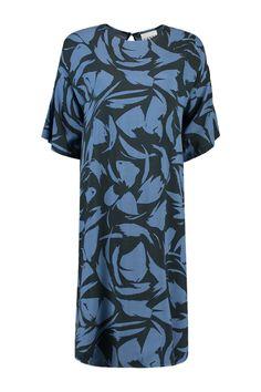 Deze jurk van Ganni is van 100% viscose. Dit model heeft een losse fit met korte mouwen. Fijn materiaal om in de zomer te dragen. De stof heeft een all-over print. Ganni Dress F1251.