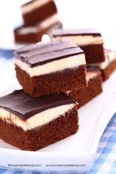 Questi brownies triplo strato sono puro piacere per il palato. Voglia di una ricetta davvero golosa?! Eccovi serviti! Tre consistenze e gusti differenti si mescolano in bocca già dal primo morso!